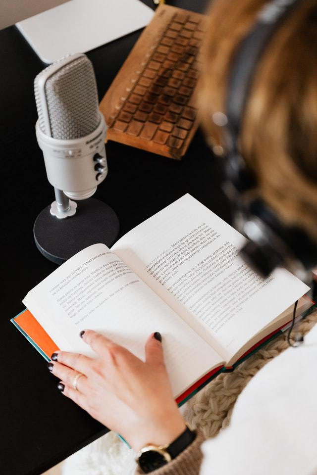 Single Narrator or Full-Cast in Audiobooks—Which Is Better?